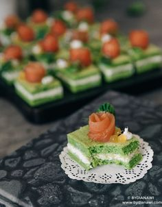 """Tapas med små spinat """"kage"""" hapsere med laks, www.bydianawi.com Tapas, Spinach Cake, Savory Cheesecake, Good Food, Yummy Food, Sandwich Cake, Savoury Cake, Party Snacks, Afternoon Tea"""