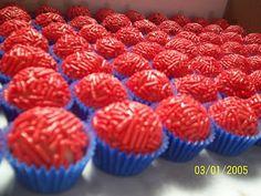 ideia de brigadeiro com granulado vermelho e forminha azul