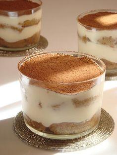 Nagyon szeretem a tiramisut, a kedvenc olasz desszertem. Egy dolgot nem szeretek benne és az a nyers tojás. Az eredeti tiramisuba márpedig k... Best Dessert Recipes, Fun Desserts, Breakfast Recipes, Tiramisu, Mousse, Eat Pray Love, Feta, Good Foods To Eat, Trifle
