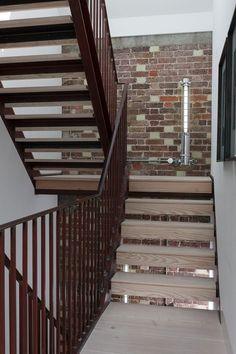 industrie-Stahltreppe mit Umwehrungen-Ziegelwand-Maisonette