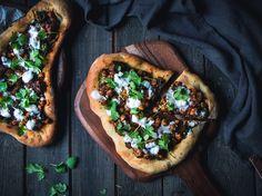 Tandooritofu-naan-leipäpitsa (V) – Viimeistä murua myöten Naan, Hot Dog, Cheesesteak, Meat Recipes, Street Food, Vegetable Pizza, Hamburger, Food And Drink, Mexican