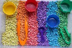 Activité : bac sensoriel coloré et motricité fine