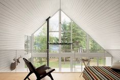 This chalet beside a Canadian lake is built for relaxation, socialising and unabashed communion with nature.