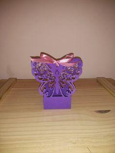 Charmosa caixinha em formato de borboleta, dará um toque fino e delicado para a sua festa. <br>Feito em papel gramatura 180 e decorada com fita de cetim, é perfeito para docinhos, amêndoas e trufas.