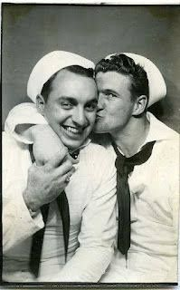 Vintage gay couple - Look how sweet! Couples Vintage, Cute Gay Couples, Vintage Love, Vintage Men, Vintage Sailor, Lesbian Couples, Vintage Nautical, Fotografia Social, Vintage Photo Booths