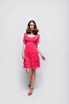 => Découvrez vos articles en boutiques :     Robe RNR115D : 89.90 €  (disponible mi-avril)     Sandales à talons RNX70A25A : 69.90 €  (disponible début avril)