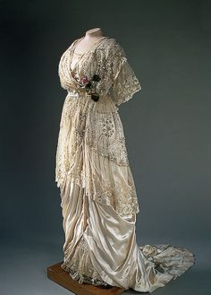 Evening Dress (Russia) satin, tulle, lace, glass beads, spangles and artificial flowers (State Hermitage Museum) 1900s Fashion, Edwardian Fashion, Vintage Fashion, Fashion Goth, Vintage Beauty, Hijab Fashion, Fashion Tips, Belle Epoque, Vintage Gowns