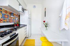 cozinha com mesa de café da manha