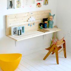 Mesa para estudos feita com tábuas de madeira.