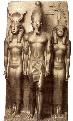 La Tríada del rey Micerino (Museo Egipcio, El Cairo), En piedra granítica. El rey, que está representado de pie, avanza un poco para destacarse de las otras figuras femeninas que le flanquean y que quedan en un plano posterior. Las tres figuras son paradigmas de juventud y hermosura, especialmente los cuerpos femeninos que están dotados de una sensualidad extraordinaria. Las formas se modulan insinuando los volúmenes rotundos que hay bajo la transparencia del vestido.