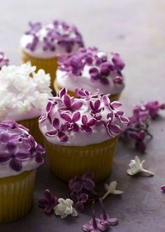 You may take edible flowers to refresh your wedding food! Mostly these would be edible decorations of the cake, cupcakes and pies – they may look as real ones! Edible flowers in the ice and cocktails give a natural and bright touch to the drinks. Flowers Cupcakes, Pretty Cupcakes, Beautiful Cupcakes, Yummy Cupcakes, Edible Flowers, Easter Cupcakes, Mocha Cupcakes, White Cupcakes, Gourmet Cupcakes
