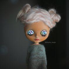 Oversize knitted longsleeve sweater with golden glitter for custom Blythe doll by BlythemagicShop on Etsy https://www.etsy.com/listing/505620315/oversize-knitted-longsleeve-sweater-with