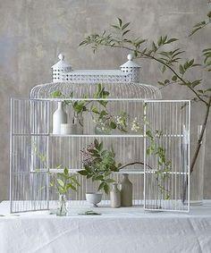 花器や食器類などを収納しておくにもおすすめ。植物を入れても、かごの隙間から葉っぱを出しておけるので、通風や採光なども取り入れられて植物ものびのび育ちそう。