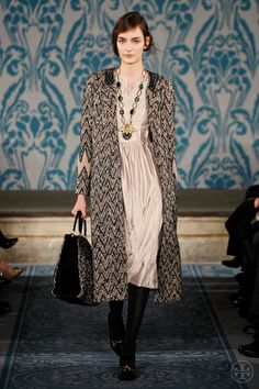 Look Zuzanna: Beaded tweed coat, Beaded taffeta dress-Tory Burch Haute Couture Style, Runway Fashion, High Fashion, Womens Fashion, Fashion Trends, Estilo Gossip Girl, Tory Burch, Taffeta Dress, Tweed Coat
