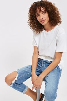 Made for busy weekends and off duty days, the low rise slung MOTO Hayden jeans is the cornerstone of casual dressing. Crafted from a blue denim wash cotton blend, they come cut in an oversized boyfriend fit with busted knee detail and are best worn with the cuffs rolled up to compliment the love worn design.