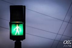 Semáforo en verde, dejando permitido el paso del peatón