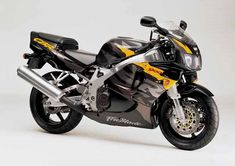 Honda CBR900RR Fireblade motorcycle review - Side view