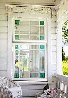 extérieur : fenêtre et porche. blanc, vitrage Tie in to green front door Old Windows, Windows And Doors, High Windows, Casement Windows, Cottage Style, Farmhouse Style, Ventana Windows, Outdoor Spaces, Outdoor Living