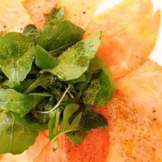 Hoy tenemos de entrada carpaccio de salmón al eneldo. Fresco y aromático #carpaccio #salmón #entrada #entrée #almuerzo #catering #banquetería #curauma #instacurauma #curaumacity