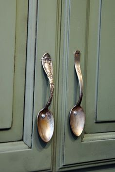 Use For Vintage Spoons On Kitchen Cabinets! Use For Vintage Spoons On Kitchen Cabinets! The post Use For Vintage Spoons On Kitchen Cabinets! appeared first on Lori& Decoration Lab. Fur Vintage, Deco Restaurant, Restaurant Interiors, Diy Home Decor, Room Decor, Kitchen Cabinet Handles, Cabinet Hardware, Diy Kitchen, Vintage Kitchen Cabinets