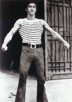 Bruce flexing the muscles on set of, The way of the dragon