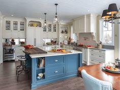 armoires blanches et îlot central bleu horizon- quelle couleur pour une cuisine chic