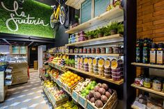 The brand 'La Fruteria' stands out with its unique concept, a 'Boutique of Fruits'. The store was launched in April 2014 in the magnificent neighbourhood of . Shop Interior Design, Retail Design, Store Design, Organic Market, Fresh Market, Bar Deco, Boutique Bio, Vegetable Shop, Fruit Shop