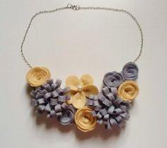 Collar de flores de fieltro en tonos grises y beige