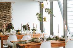 Vorne haben wir den Tisch ganz im rustikalen Greenery-Stil gehalten und durch das satte Grün der Pflanzen und die feinen, schwebenden Kerzenhänger Akzente gesetzt. Während wir am hinteren Tisch ein florales burgunderfarbenes Dekor aus abwechselnd üppigen und zarten Blumenarrangements haben. Welche Variante findet Ihr am Schönsten? 😊 (#Werbung wegen Verlinkung) Fotograf: Sascha Griese . . . #hochzeit #braunschweigliebe #hochzeitbraunschweig #braunschweig #hochzeit2021 #heiratenbraunschweig Table Settings, Table Decorations, Home Decor, Rustic Wedding Tables, Flower Arrangement, Getting Married, Advertising, Plants, Nice Asses