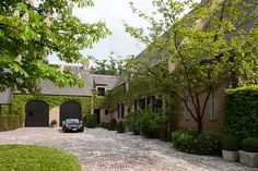 Outdoor area, landelijk Classical Architecture, Residential Architecture, Manor Garden, Bali House, Gravel Driveway, Belgian Style, Dream Studio, Stamford, House Entrance