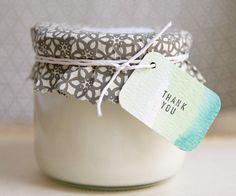 A vela de cera de soja é uma opção para quem vai fazer um casamento eco-friendly. Veja como aqui e aqui!