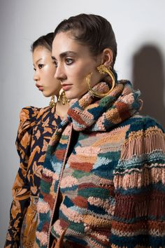 Ulla Johnson Fall 2019 Fashion Show Backstage. Designer ready-to-wear looks from Fall 2019 runway shows from New York Fashion Week Hand Knit Scarf, Hand Knitted Sweaters, Knitwear Fashion, Womens Knitwear, Couture Details, Fashion Details, Kinds Of Clothes, Autumn Street Style, Ulla Johnson
