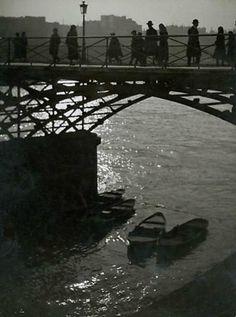 Le Pont des Arts, Paris, circa by Brassaï Robert Doisneau, Old Photography, Street Photography, André Kertesz, Pont Paris, Willy Ronis, Jardin Des Tuileries, Juan Les Pins, The Magnificent Seven