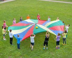 Das klassische Fallschirm-Schwungtuch von Betzold. Super geeignet um die Kinder in einer Gruppe agieren zu lassen! #betzoldkiga #kita #kiga #kindergarten #bewegung #turnen #outdoor #draußen #gruppe