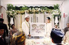 Akad nikah Jawa dengan dekorasi dari Des Iskandar. Mahar dari Pop Your Heart - www.thebridedept.com