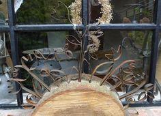 <p>Mein Mann zeigte mir vor ein paar Wocheneine halbe Baumscheibe, die er bei Baumfällarbeiten mitnehmen durfte.Mir ist inzwischen auch etwas Kreatives dafür eingefallen. Anhand einigerStriche auf der Rinde, bohrte er Schlitze in die Holzscheibe. Mit 50 cm langen, rostigen Verpackungsstahlbandstreifen (aus dem Metallschrottcontainer einesBaumarktes) kreierteich unter Zuhilfenahme meiner Spitzzangen elfverschiedene …</p>