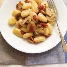 Ricardo's recipes : Creamy Cheese Gnocchi with Mushrooms and Bacon Bacon Sauce Recipe, Bacon Recipes, Cooking Recipes, Polenta, Risotto, Pasta Pizza, Gnocchi Pasta, Ricardo Recipe, Quinoa