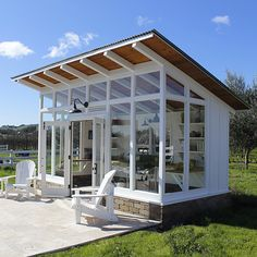 Here the stunning garden shed ideas are creatively designed for the adornment of your simple garden area. These garden shed plan includes simple rustic to colorful shed projects. Designing of garden sheds are attractively styled out for providing you Shed Office, Backyard Office, Backyard Studio, Backyard Sheds, Garden Studio, Garden Sheds, Backyard Landscaping, Patio Grande, Art Shed