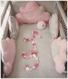 Tour de lit bébé nuage rose poudre et gris : Linge de lit enfants par les-petits-gosses-miniatures Sewing For Kids, Baby Sewing, Diy For Kids, Baby Staff, Deco Rose, Baby Wall Decor, Cot Bumper, Baby Sheets, Diy Bebe