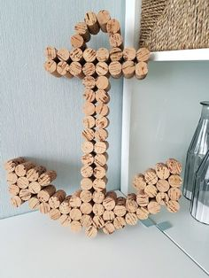Anker basteln mit Korken: Maritime Dekoration selbstgemacht DIY anchor made of cork, glued, in front Wine Cork Art, Wine Cork Crafts, Wine Corks, Theme Bapteme, Anchor Wall Art, Wine Cork Ornaments, Nautical Wall Decor, Baby Room Diy, Diy Crafts To Do