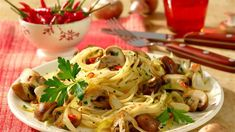 Spaghettini mit scharfen Chili-Champignons & Co. Spaghetti Pizza, Chili, Bastilla, Vegan Kitchen, Pasta Noodles, Pasta Recipes, Food Porn, Food And Drink, Vegetarian