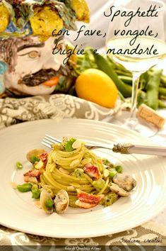 spaghetti con crema di fave fresche, con vongole, triglie e mandorle
