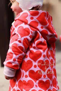 """Sweet Heart-Wintersweat von #ASTROKATZE / Nähbeispiel von """"Kischi's Welt"""" / #sweetheart #herzen #herzchen #hearts #herzchenstoff #stoffdesign #textildesign #organiccotton #rot #rosa #red #pink #diy #sewing Stoff Design, Girls Wear, Retro, Alexander Mcqueen Scarf, Hearts, Pink, How To Wear, Fashion, Textile Design"""