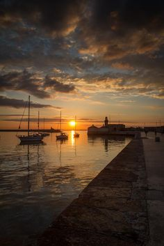 IRELAND- Dun Laoghaire Harbour - pic by Karl Jordan of the most northerly sunset of the year Beautiful Sunset, Beautiful Places, Beautiful Mind, The Places Youll Go, Places To See, Ireland Travel, Dublin Ireland, Dream Vacations, Strand