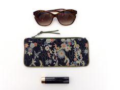 c2c59b0b7 Articles similaires à Trousse Etui Tissu japonais floral fond bleu nuit,  pochette à lunettes portable crayons stylo, coton, fleuri toilette  maquillage rouge ...