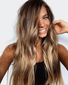 Blonde hair is indeed a pretty, feminine and bold color. It is quite interesting to hear that there are some women in the United States who are actual. 2020 morenas 80 New Inspiring Hair Color with Bronde Haircolor Ideas - FASHION THIS DAY Brown Hair Balayage, Brown Blonde Hair, Hair Color Balayage, Hair Highlights, Balayage Bronde, Bronde Haircolor, Long Bronde Hair, Ombre Hair, Wavy Hair
