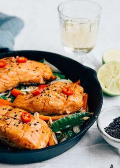 Makkelijk recept met Thaise zalm Fish Dishes, Main Dishes, Fish Recipes, Asian Recipes, Vegetarian Recipes, Healthy Recipes, Fried Vegetables, Vegetable Stir Fry, Sweet Chili