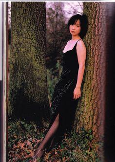 木に寄りかかっている川上麻衣子