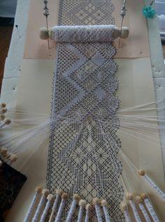 Bobbin lace making. Crochet Motif, Crochet Lace, Crochet Patterns, Crochet Edgings, Loom Patterns, Crochet Shawl, Smocking Patterns, Bobbin Lace Patterns, Romanian Lace