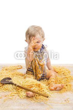 Kleiner Bub sitzt in einem Haufen Spaghetti :-)
